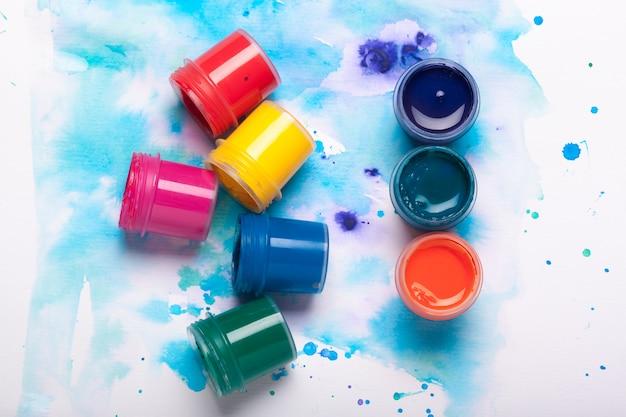 Tavolozza di arte con vernici colorate da vicino vista dall'alto