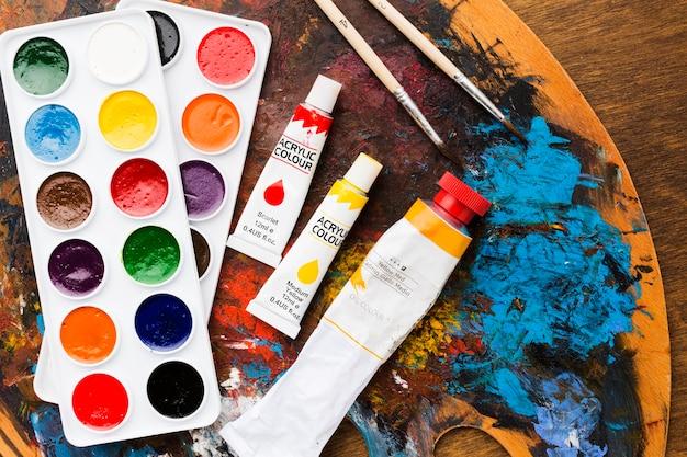 Tavolozza di colori e acrilici sporchi