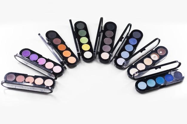Tavolozza differente degli ombretti di colore isolata