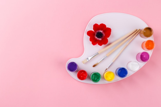 Tavolozza e pennelli dell'acquerello