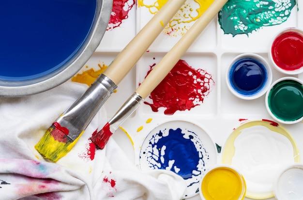 Tavolozza e pennello per sfondo di vernice di colore