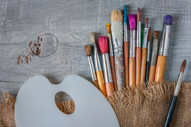 Tavolozza e pittore di pennelli