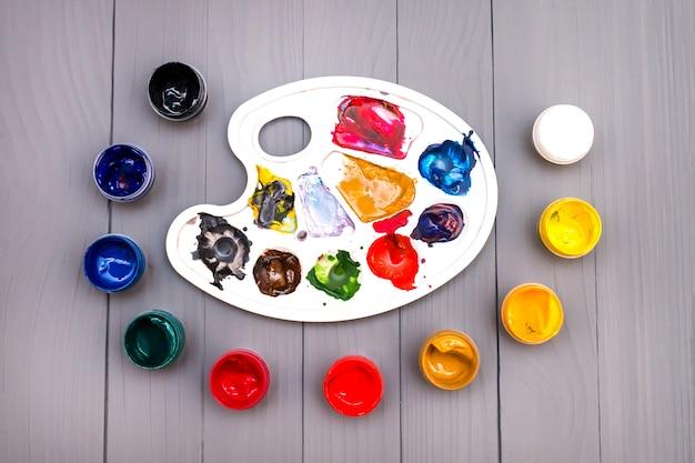 Tavolozza e vernici colorate