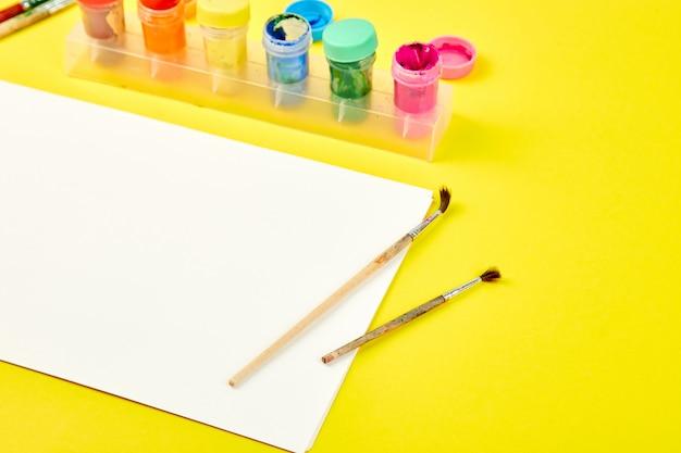 Tavolozze dell'acquerello e pennelli. luogo di lavoro dell'artista