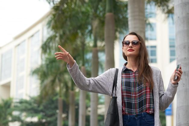 Taxi residente urbano femminile in città