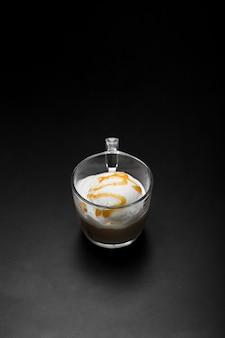 Tazza ad alto angolo con aroma di gelato alla vaniglia