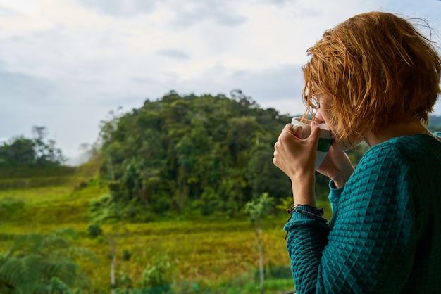 Tazza adulta giovane adulto foresta turistico