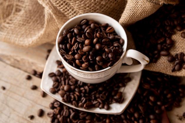 Tazza alta vista con chicchi di caffè