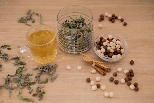 Tazza aromatica di tisana, cannella sul lato,