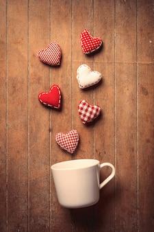 Tazza bianca con forme di cuore