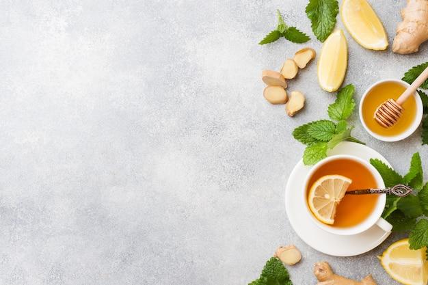 Tazza bianca con tisana naturale zenzero limone menta e miele.
