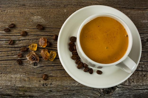 Tazza bianca di forte caffè del mattino, vista dall'alto