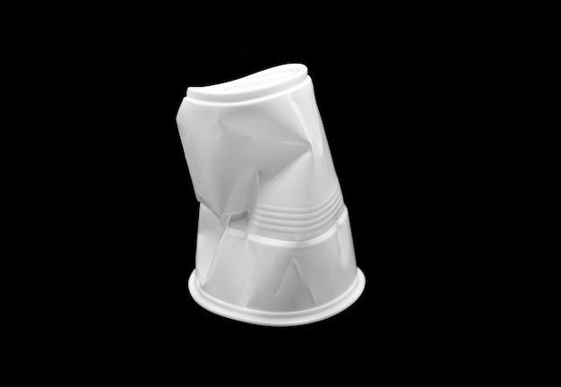 Tazza bianca di plastica sgualcita isolata