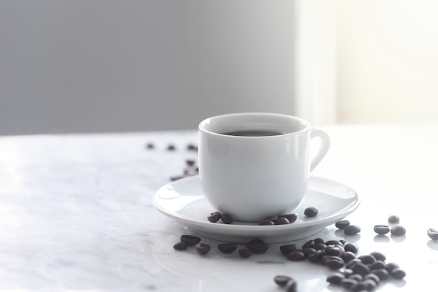 Tazza calda di caffè espresso in una tazza bianca tradizionale