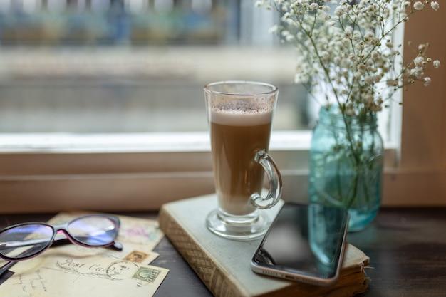 Tazza cappuccino davanti a una finestra