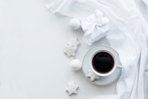 Tazza con caffè, biscotti e palle di natale, chiave alta