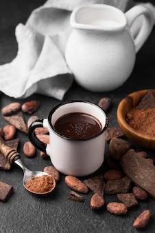 Tazza con cioccolata calda e bevanda al latte