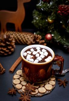 Tazza con cioccolata calda e piccole fette di marshmallow bianche