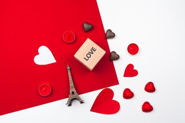 Tazza con cuori di cioccolato. composizione piatta laica. romantico, concetto di san valentino