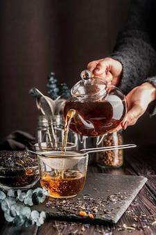Tazza con erbe di tè sulla scrivania