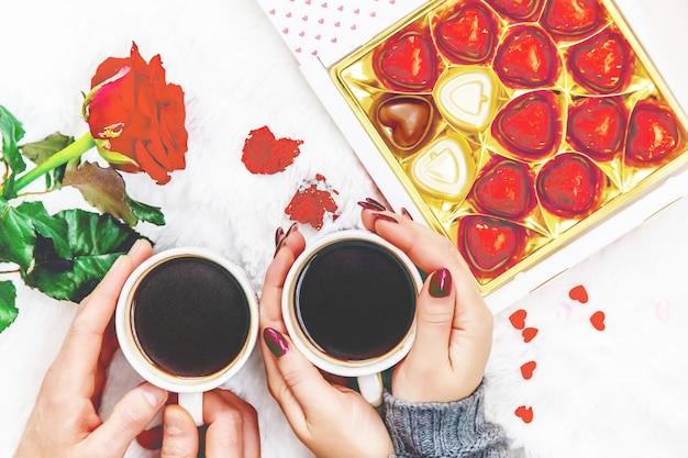 Tazza da bere per la colazione nelle mani degli innamorati. messa a fuoco selettiva