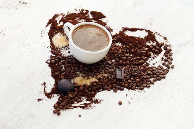 Tazza da caffè con chicchi di caffè