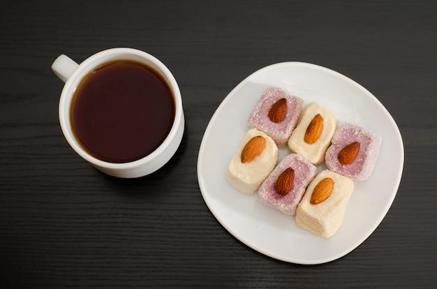 Tazza da caffè con delizia turca su un tavolo nero