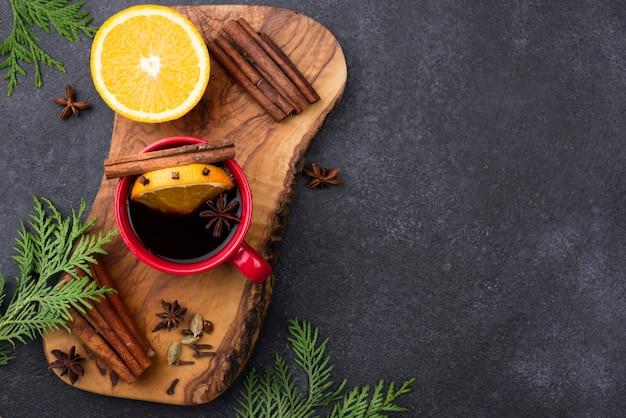 Tazza da tè al limone vista dall'alto sulla tavola di legno