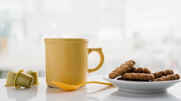 Tazza da tè con biscotti