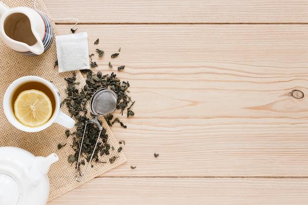 Tazza da tè con filtro e copia spazio