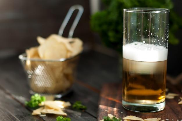 Tazza di birra su fondo in legno