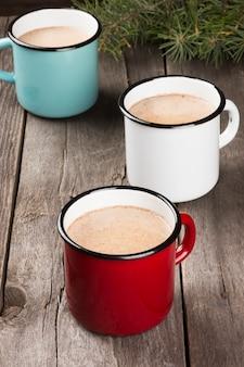 Tazza di cacao caldo su oscurità