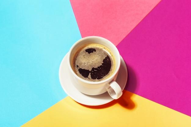 Tazza di caffè a carta colorata