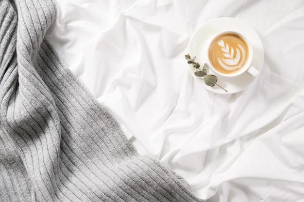 Tazza di caffè a letto
