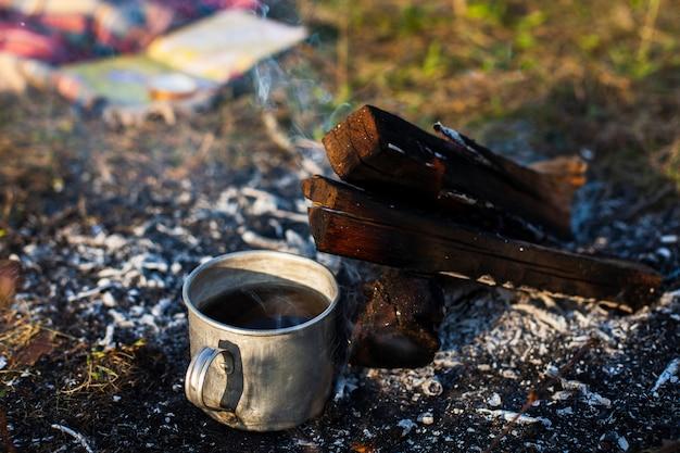 Tazza di caffè accanto al fuoco