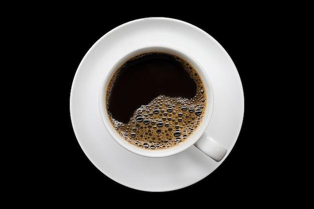 Tazza di caffè bianca su superficie nera