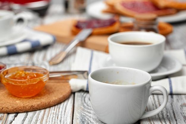 Tazza di caffè bianca sul tavolo da cucina in legno