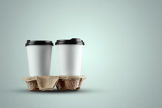 Tazza di caffè bianco di carta isolata su una priorità bassa blu