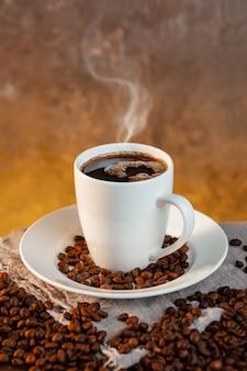 Tazza di caffè bianco e chicchi di caffè