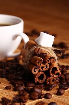 Tazza di caffè caldo e bastoncini di cannella