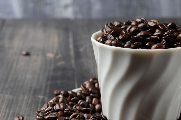 Tazza di caffè caldo e chicchi di caffè tostato
