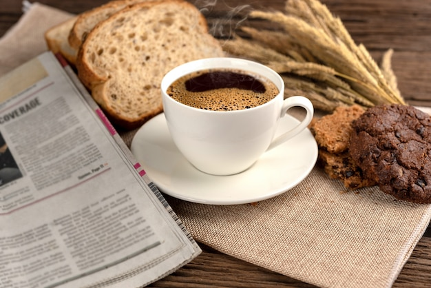 Tazza di caffè caldo e colazione