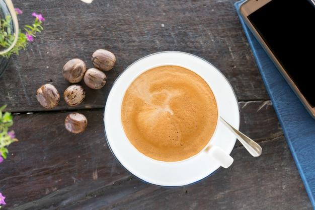 Tazza di caffè caldo sul tavolo di legno