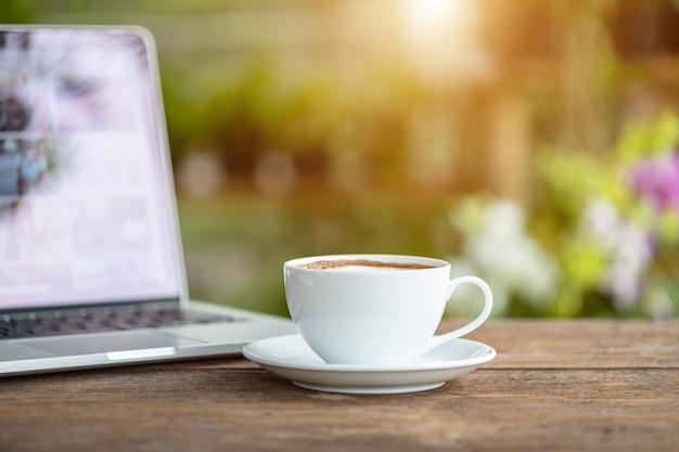 Tazza di caffè ceramica bianca sulla tavola o sul contatore di legno