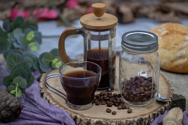 Tazza di caffè con accessori per la birra sul bordo di legno