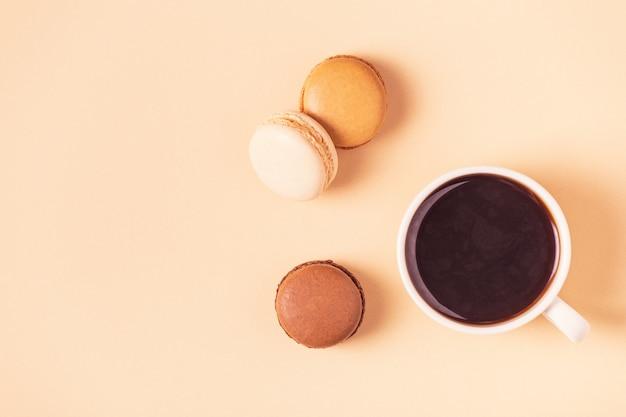Tazza di caffè con amaretti dolci