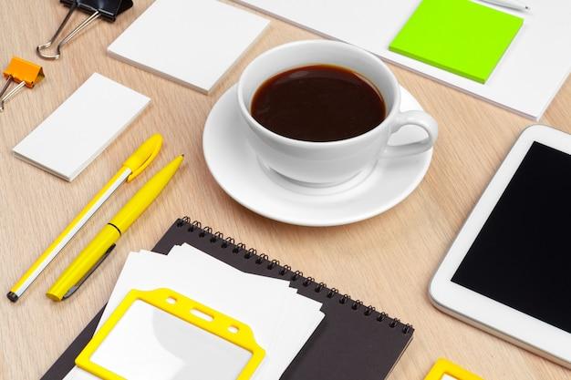 Tazza di caffè con articoli per ufficio