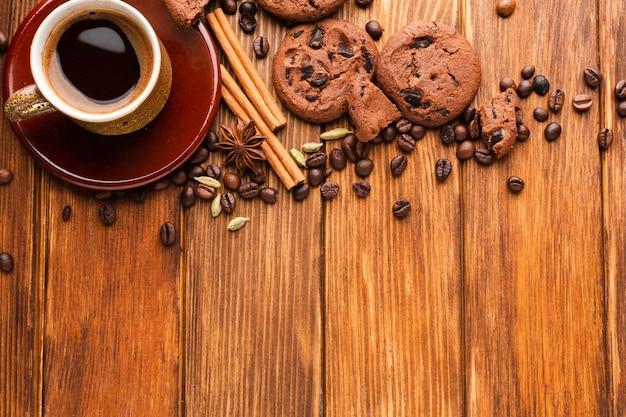Tazza di caffè con biscotti e chicchi di caffè