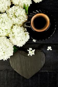 Tazza di caffè con bouquet di ortensie buongiorno. piatto