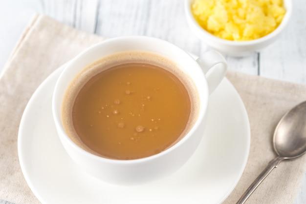 Tazza di caffè con burro ghi